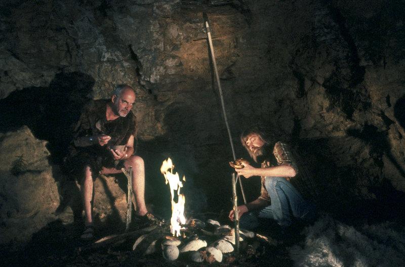 Um seinem Nachbarn zu beweisen, dass es auch ohne die Errungenschaften der Zivilisation geht, will Peter (Peter Lustig, li) drei Tage wie ein Steinzeitmensch in der Wildnis leben. (rechts, Harm Paulsen) – Bild: ZDF