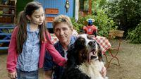 Ein Baby wird erwartet! Fritz Fuchs (Guido Hammesfahr, rechts) lenkt Minoo (Katerina Gehrckens, links) mit Hilfe von Hund Keks ab, während ihre Mutter im Krankenhaus ein Geschwisterchen zur Welt bringt. – © ZDF und Antje Dittmann