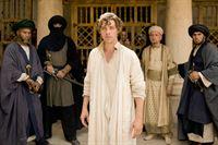 Rob (Tom Payne) und sein Lehrmeister Ibn Sina (Ben Kingsley) müssen sich vor einem Tribunal religiöser Fanatiker verantworten. – © ORF2