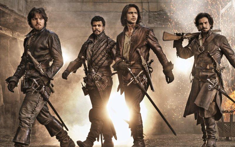 Von links nach rechts: Athos (Tom Burke), Porthos (Howard Charles), d?Artagnan (Luke Pasqualino) und Aramis (Santiago Cabrera) – Bild: WDR