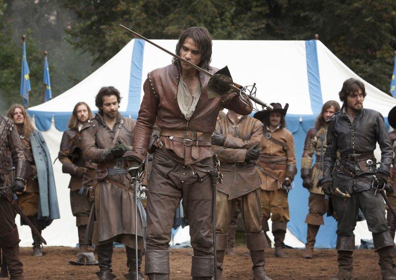 D'Artagnan (Luke Pasqualino, vorne) wappnet sich für das große Duell, das vom König ausgerufen wurde. – Bild: WDR