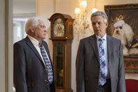 Die Lieutenants Flynn (Tony Denison, r.) und Provenza (G.W. Bailey) werden zu einem Mordfall gerufen. Doch als sie am Tatort ankommen, sind sie erstaunt: Das Opfer ist ein Hund! – © VOX/Warner Bros.