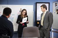 Capt. Sharon Raydor (Mary McDonnell) und Agent Fritz Howard (Jon Tenney, r.) erhalten einen entscheidenden Hinweis bei der Suche nach einem Serienkiller. – © VOX