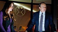 Agent Jemma Simmons (Elizabeth Henstridge) und Agent Phil Coulson (Clark Gregg) – Bild: RTL II