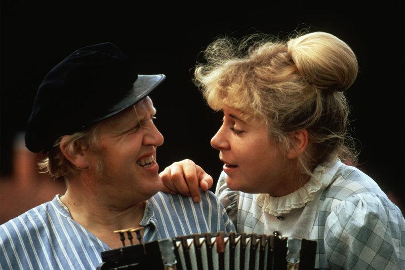Die verliebte Lina (Maud Hansson) hört Alfred (Björn Gustafson) beim Singen und Musizieren zu. – Bild: ZDF und Taurus