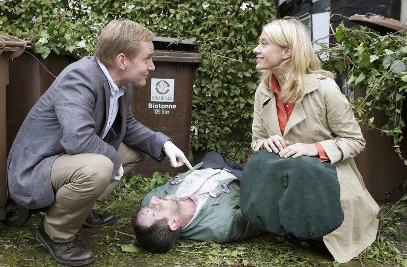 Sangesbruder Hermann ist erschlagen worden. Sophie Haas (Caroline Peters, r.) und Dr. Bechermann (Patrick Heyn, l.) am Tatort. – Bild: ARD