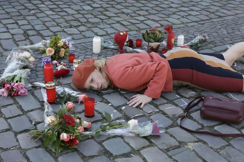 """ARD MORD MIT AUSSICHT, III. Staffel, Folge 37 """"Sankt Kennedy"""", am Dienstag (02.12.14), um 20.15 Uhr im Ersten. Makaber - Sophie Haas (Caroline Peters) stellt die Lage der Leiche am Tatort nach. – Bild: ARD"""