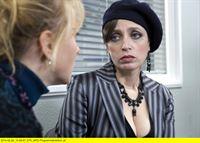 """ARD HEITER BIS TÖDLICH - MORDEN IM NORDEN FOLGE 37, """"Blumenopfer"""" (Wh.), am Dienstag (23.12.14) um 18:00 Uhr im ERSTEN. Das Medium Annette Döring (Anna Thalbach, r.) kennt die Mutter des Opfers, Barbara Freitag (Dana Golombek, l.) gut. Sie ist eine von ihren Klientinnen. – © ARD/Georges Pauly"""