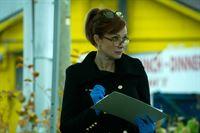 Dr. Betty Rogers (Lauren Holly) sucht nach Spuren. – © VOX/NBC Universal