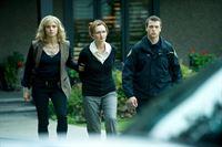 V.l.: Detective Angie Flynn (Kristin Lehman), Dr. Monika Harper (Svetlana Efremova), Polizist (Darsteller nicht zu ermitteln) – © VOX/NBC Universal