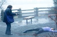 Marion Reader (Mary Pat Gleason, l.) hat Julia Conrad (Hilary Jardine) im Park aus nächster Nähe erschossen. Die junge Kunstgaleristin hat Reader abgewiesen, als diese ihr Bilder bei ihr in der Galerie ausstellen wollte. – © VOX/NBC Universal