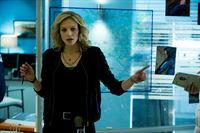 Ein Student wird ermordet an einem Flussufer aufgefunden. Detective Angie Flynn (Kristin Lehman) sucht nach dem Mörder. – © VOX/NBC Universal