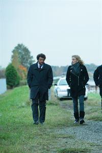 Ein hochklassiger Anwalt wird mit einem einzigen Messerstich getötet. Detective Oscar Vega (Louis Ferreira) und Angie Flynn (Kristin Lehmann) sind auf der Spurensuche. – © VOX/NBC Universal