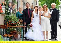 """ARD HEITER BIS TÖDLICH - MÜNCHEN 7, Krimiserie mit 16 neuen Folgen, FOLGE 29, """"Bombenhochzeit"""", am Mittwoch (28.01.15) um 18:50 Uhr im ERSTEN. Die beiden Bräute Angelika (Gloria Nefzger, 4.v.l.) und Barbara (Carin C.Tietze, 2.v.l.), sowie die Hochzeitsgesellschaft sind entsetzt als klar wird, wer für die Bombendrohung verantwortlich ist (mit E. Fischer-Laughlin, 3.v.l., Daron Yates, 4.v.l., Ernst Hannawald, l., Julia Eder 2.v.l., Peter Fricke, r. und Peter Fricke, r.). – © ARD/Günther Reisp"""