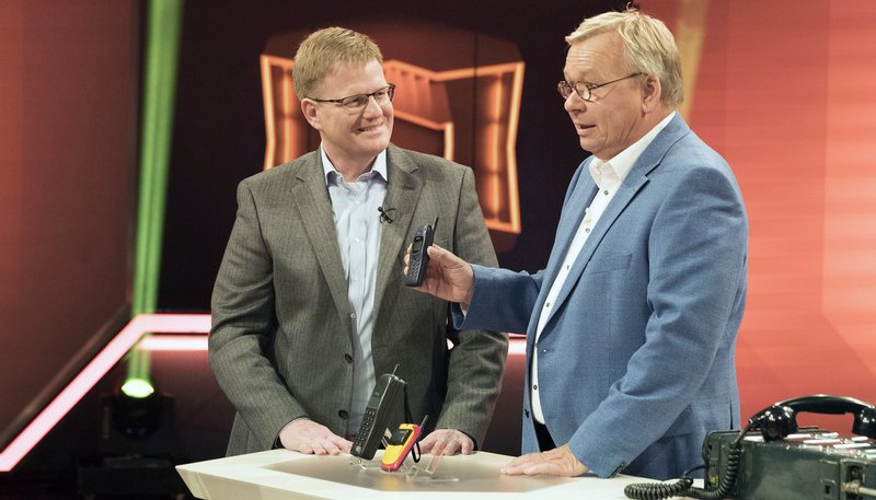 """WDR Fernsehen DAS NRW DUELL, """"Thema: Steckenpferde"""", am Mittwoch (10.06.15) um 20:15 Uhr. Moderator Bernd Stelter (r) mit Gast Olaf Sänger, der ein """"Handymuseum"""" betreibt. – Bild: WDR"""