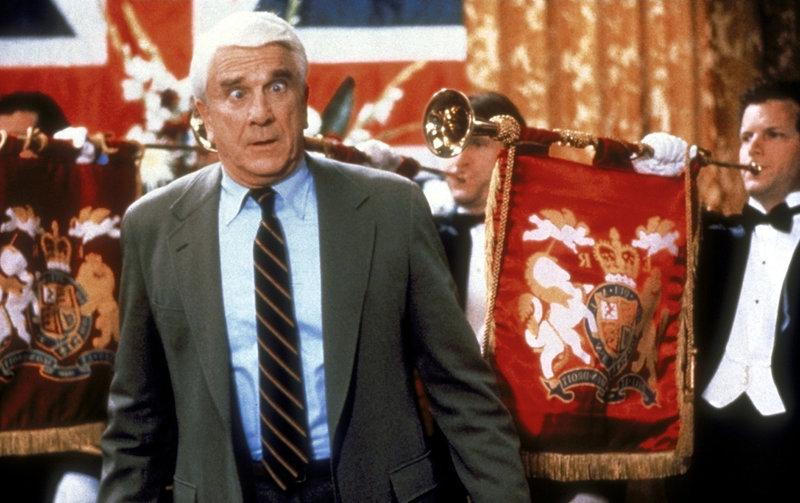 Seine Arbeit nimmt Frank (Leslie Nielsen, vorne) stets ernst: Er behält jeder Lebenslage den Durchblick. – Bild: ProSieben Media AG © Paramount Pictures
