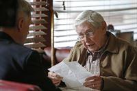 Gibbs (Mark Harmon, l.) muss sich in der Mitte eines Falles verabschieden, um seinem Vater (Ralph Waite, r.) dabei zu helfen, sich mit einem früheren Kriegspiloten in Verbindung zu setzen ... – Bild: CBS Television Lizenzbild frei