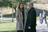 Der Fluch der Waffe: Hillary Taffet (Rebecca Creskoff, l.) und Gibbs (Mark Harmon, r.) ... – Bild: CBS Television Lizenzbild frei