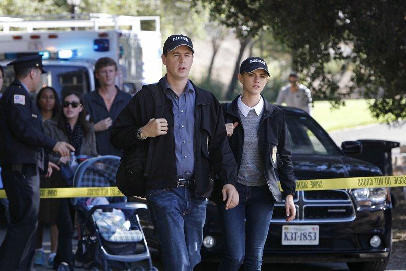 McGee (Sean Murray, l.) und Bishop (Emily Wickersham, r.) recherchieren in einem neuen Fall, bei dem eine junge Frau grausam ermordet in einem Park gefunden wurde ... – Bild: Sat.1