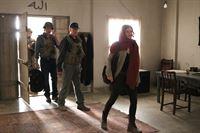 Eine Mordermittlung führt Gibbs (Mark Harmon, 2.v.r.) und McGee (Sean Murray, 2.v.l.) nach Afghanistan, wo sie auf Catherine Tavier (Lolita Davidovich, r.) treffen. Kann sie ihnen bei der Aufklärung behilflich sein? – Bild: CBS Television Lizenzbild frei