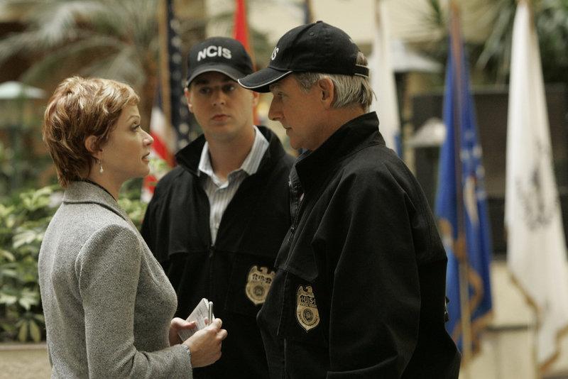McGee (Sean Murray, M.), Gibbs (Mark Harmon, r.) und Jenny Shepard (Lauren Holly, l.) treffen am Tatort aufeinander ... – Bild: Pro7Sat1MediaAG