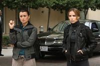 Sind dazu beauftragt, Mossad Director Eli David zu beschützen: Ziva (Cote de Pablo, l.) und Mossad Officer Liat Tuvia (Sarai Givaty, r.) ... – Bild: CBS Television Lizenzbild frei