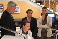 Ein neuer Fall beschäftigt Gibbs (Mark Harmon, l.), McGee (Sean Murray, 2.v.l.), Tony (Michael Weatherly, 2.v.r.) und Ziva (Cote de Pablo, r.) ... – Bild: CBS Television Lizenzbild frei