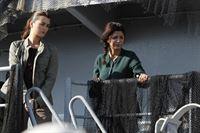 Ein Offizier der Küstenwache wird auf einem führerlosen Schiff erschossen. Die Crew ist von Bord gegangen. Als Gibbs und seine Leute zusammen mit Agent Borin an Bord kommen, hören sie Geräusche unter Deck und finden dort eine libanesische Familie eingeschlossen in einem der Räume. Ziva (Cote de Pablo, l.) und Mariam Bawali (Shohreh Aghdashloo, r.) ... – Bild: CBS Television Lizenzbild frei
