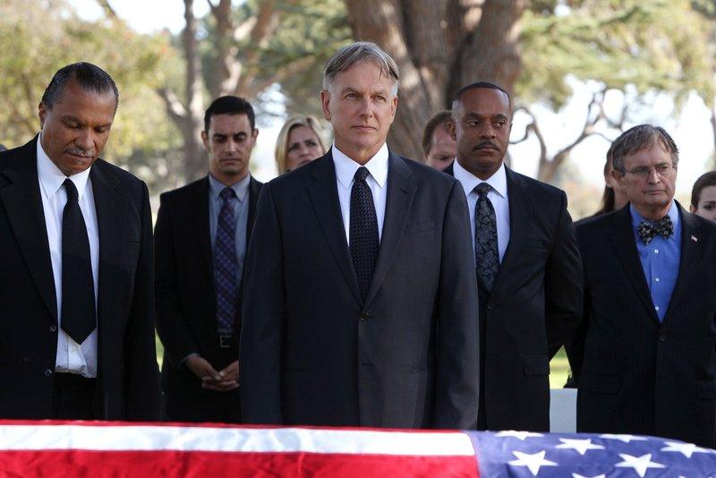 Ein schwerer Weg: Gibbs (Mark Harmon, vorne M.) bei der Beisetzung seines Vaters. Freunde und Weggefährten stehen ihm zur Seite: Leroy Jethro Moore (Billy Dee Williams, l.), Leon Vance (Rocky Carroll, 2.v.r.) und Dr. Mallard (David McCallum, r.) ... – Bild: Sat.1