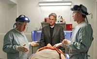Hoffen, der wahren Todesursache auf die Spur zu kommen: Ducky (David McCallum, l.), Gibbs (Mark Harmon, M.) und Jimmy (Brian Dietzen, r.) ... – Bild: CBS Television Lizenzbild frei