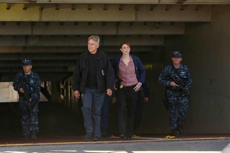 Ermitteln in einem neuen Fall: Gibbs (Mark Harmon, 2.v.l.) und Special Agent Abigail Borin (Diane Neal, 2.v.r.) ... – Bild: Sat.1