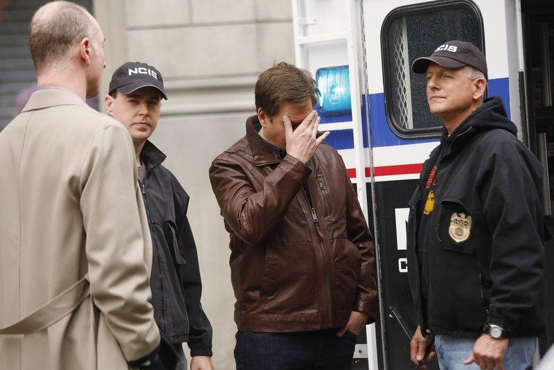 Als Tony (Michael Weatherly, 2.v.r.) sich mit seinem Vater in einem Hotel treffen will, wird er prompt in einen Fall verwickelt und muss das private Treffen erst mal vertagen. McGee (Sean Murray, 2.v.l.) und Gibbs (Mark Harmon, r.) sind sofort zur Stelle ... – Bild: Sat.1