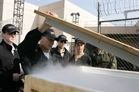 Ein neuer Fall wartet auf das NCIS Team: Gibbs (Mark Harmon, 2.v.l.), McGee (Sean Murray, l.), Ziva (Cote de Pablo, 2.v.r.) und Tony (Michael Weatherly, M.) ... – Bild: CBS Television Lizenzbild frei