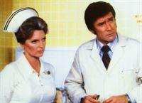 Schwester Dixie McCall (Judie London) und Dr. Joe Early (Robert Fuller) arbeiten auf der Notaufnahme-Station des Rampart-Hospital. – © RTL NITRO