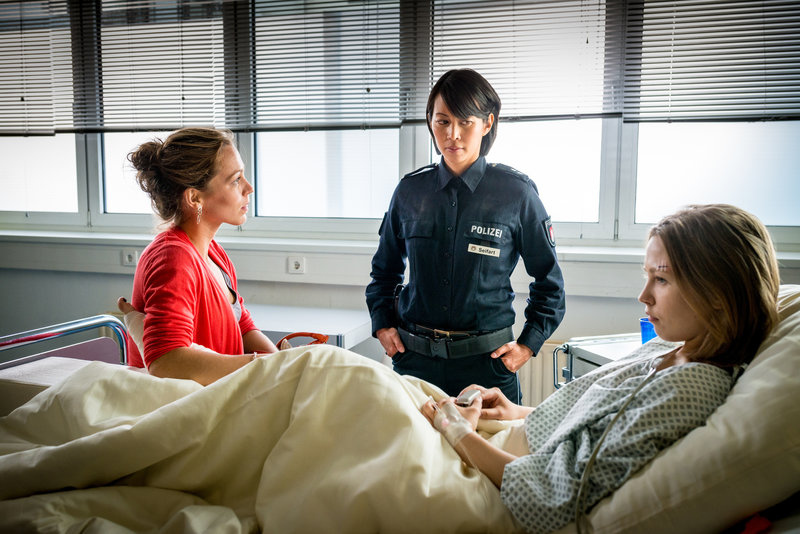 Alexa (Minh-Khai Phan-Thi, M.) versucht, zwischen ihrer Schwester Tanja (Franziska Wulf, l.) und ihrer Nichte Sophie (Marija Mauer, r.) zu vermitteln. – Bild: ZDF