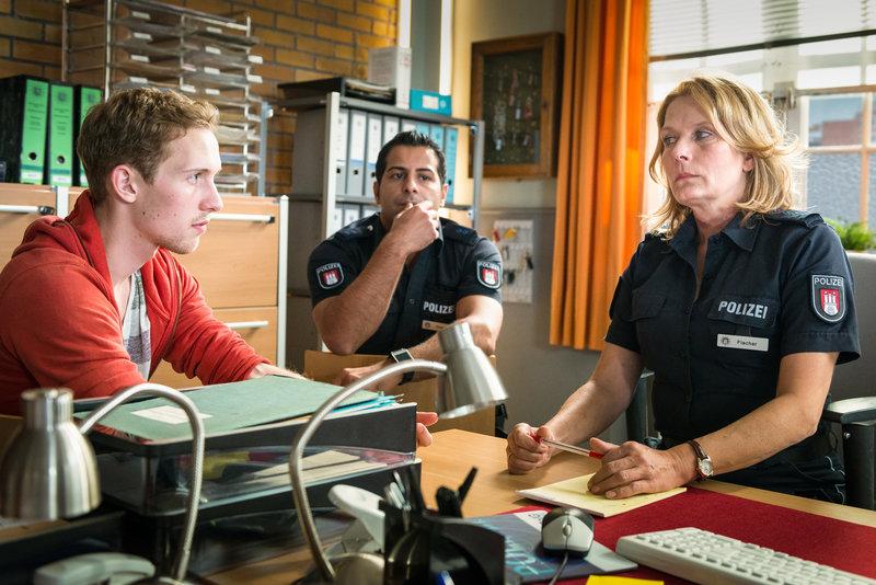 Dennis Nelissen (Manuel Zschunke, l.) erzählt Tarik (Serhat Cokgezen, M.) und Claudia (Janette Rauch) von den Eheproblemen seiner Eltern. Er kann sich vorstellen, dass seine Mutter von einem ihrer abgelegten Liebhaber überfallen wurde. – Bild: ZDF