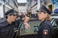 Tarik (Serhat Cokgezen) und Claudia (Janette Rauch) wollen dem Zuhälter Marcel Gohde in seiner Bar einen Besuch abstatten. – © ZDF und Boris Laewen