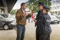 Freddy Eilrich (Oliver Breite, l.) ist sich sicher von dem Roma-Jungen bestohlen worden zu sein und möchte bei Hans (Bruno F. Apitz, m.) und Franzi (Rhea Harder-Vennewald) eine Anzeige aufgeben. – © ZDF und Boris Laewen
