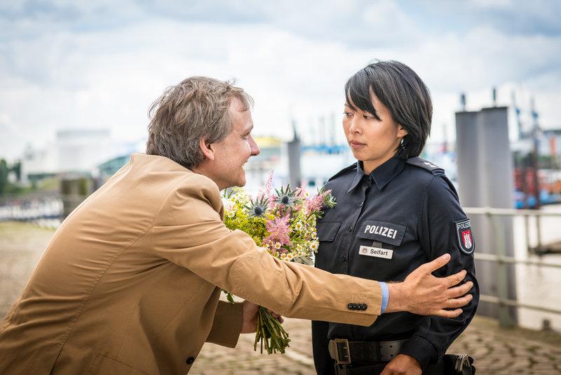 Sven Wiebel (Sebastian Weber) versucht, sich mit einem Blumenstrauß bei Alexa (Minh-Khai Phan-Thi) für sein Verhalten zu entschuldigen, erreicht bei ihr aber nichts. – Bild: ZDF