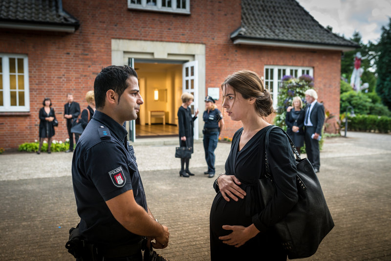 Marie-Louise Schöller (Julia Grafflage) erzählt Tarik (Serhat Cokgezen) von dem Streit zwischen Elisabeth Höpfner und deren Schwager Siggi, bei dem die Urne von Gerhard Höpfner zu Bruch ging. – Bild: ZDF