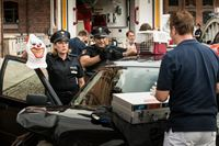 Claudia (Janette Rauch) und Tarik (Serhat Cokgezen, m.) finden in einem gestohlenen Fahrzeug eine Clownsmaske, die vermutlich der Entführer von Dr. Haase (Fabian Harloff, r.) trug. – © ZDF und Boris Laewen