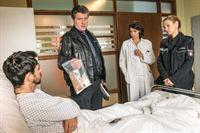 Hans (Bruno F. Apitz, 2.v.l.) und Franzi (Rhea Harder-Vennewald, r.) konfrontieren Apo (Mehdi Moinzadeh, l.) mit den Drogen, die Frauke in seiner Jacke gefunden hat. Auch Dr. Jonas (Gerit Kling, 2.v.r.) ist gespannt, wie Apo das erklären möchte. – © ZDF und Boris Laewen