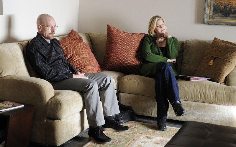 Walter (Bryan Cranston) und Skyler (Anna Gunn) suchen Rechtsanwalt Saul auf, um ihn bei dem geplanten Kauf der Autowaschanlage zu Rate zu ziehen. – Bild: MG RTL D