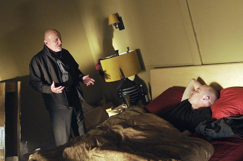 Jesses (Aaron Paul, r.) labiler Zustand alarmiert Mike (Jonathan Banks), der ihn verstärkt beobachtet und seinen Boss Gus darüber informiert. – Bild: MG RTL D