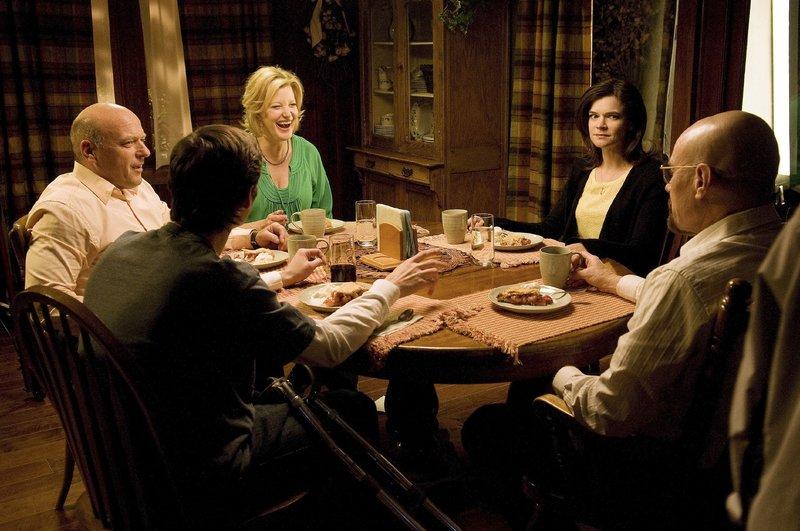 (v.l.): Hank (Dean Norris), Walter Jr. (RJ Mitte), Skyler (Anna Gun), Marie (Betsy Brandt) und Walter (Bryan Cranston) – Bild: MG RTL D