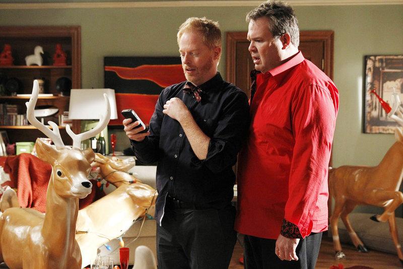 Am Morgen nach der Party versuchen Mitchell (Jesse Tyler Ferguson, l.) und Cameron (Eric Stonestreet) Stück für Stück die letzte Nacht zu rekonstruieren, an die sie sich nicht mehr erinnern können. – Bild: MG RTL D / FOX