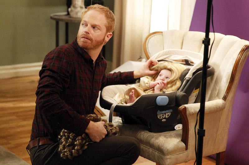 Entsetzt stellt Mitchell (Jesse Tyler Ferguson) fest, dass Lily auf dem Kopf von Baby Joe eine Perücke mit Sekundenkleber festgeklebt hat. – Bild: © RTL NITRO