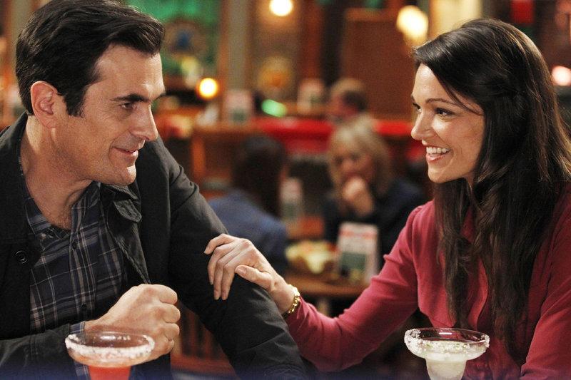 Valerie (Janelle Guimarra), die alleinstehende Mutter von Lukes Schwarm Simone, lässt keine Möglichkeit unversucht, sich an Phil (Ty Burrell) ranzumachen. – Bild: MG RTL D / FOX