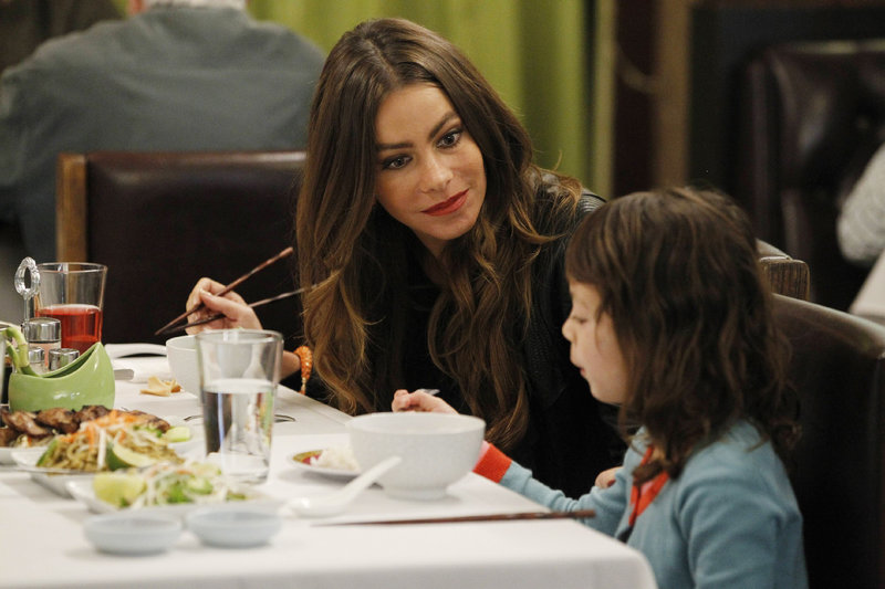 Gloria (Sofia Vergara, l.) muss erkennen, dass der Besuch beim Vietnamesen nicht besonders gut bei Lily (Aubrey Anderson-Emmons) ankommt. – Bild: RTL NITRO / 20th Century Fox Television