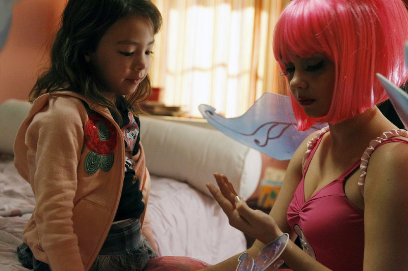 Haley (Sarah Hyland, r.) wurde von Cameron und Mitchell als Zahnfee für Lily (Aubrey Anderson-Emmons) engagiert. – Bild: MG RTL D / FOX